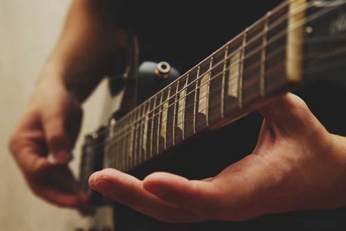 Mit Spaß an der Gitarre spielen